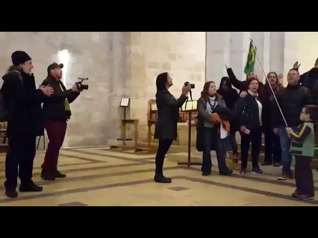 Em Betesda, na Igreja de Santa Ana, cuja acústica é uma das melhores do mundo!