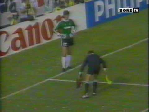 [please rate and comment] - Primeiro jogo de nosso algoz na Copa de 86. Melhores momentos com a narração de Galvão Bueno. Teve até uma galinha jogada no meio...