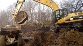 First Day With The Cat 325D Excavator Loading Volvo A25C ADT