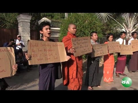 Crowds Protest in front of Thai Embassy over Koh Tao Verdict
