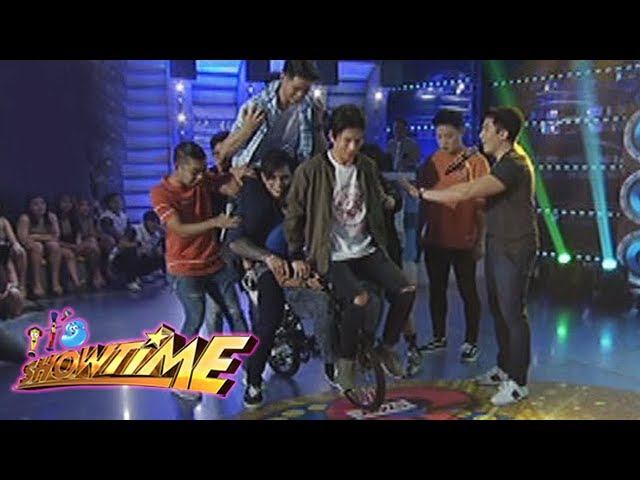It's Showtime: Team Vice fails to fit their members in a bicycle