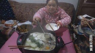 苗大姐吃火锅,六七个人围一桌,大家不好意思,就她狠吃