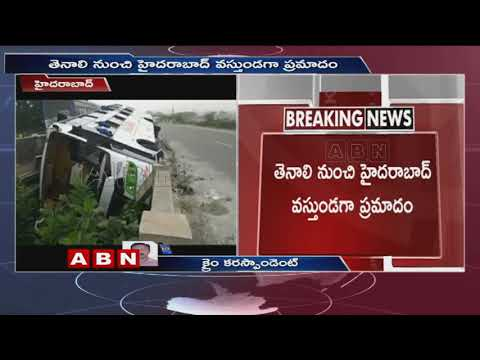 రెండు వంతెనల మధ్య ఇరుక్కున్న బస్సు | Private Travel bus Road Mishap At Hyderabad Outskirts