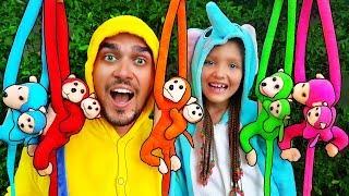 Cinco monitos saltaban en la cama   Canciones infantiles   Outdoor Play Area with Slides