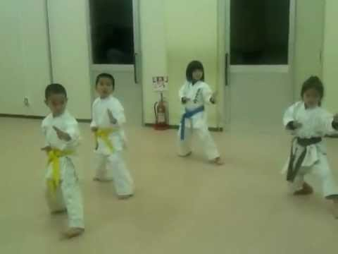 6歳の仲間で形練習中practicing Kata(heian-shodan & Heian-nidan), All Six Years Old video