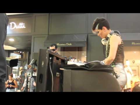 DJ Sara Castro y percusionista en Multiplaza durante Black Friday