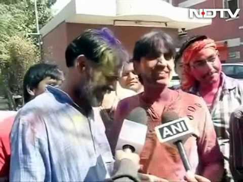 Aap's Kumar Vishwas Celebrates Holi With Yogendra Yadav video