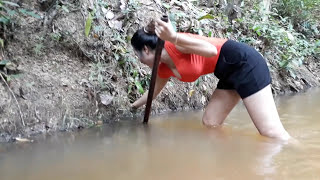 Beautiful Girl Catch Frog in River Using by Digg Hole - Amazing catch water frog in wild
