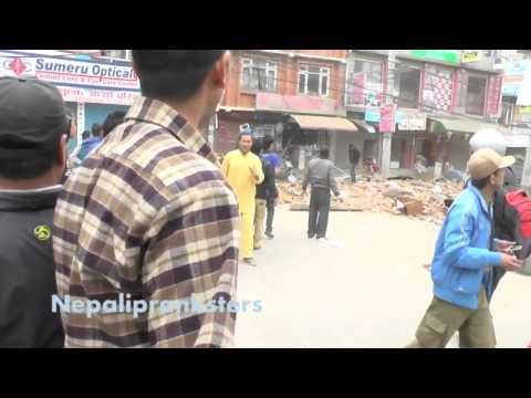 רגעים ראשונים אחרי רעידת האדמה בנפאל