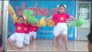Tiết mục múa đặc sắc Sha la la của các bé lớp Lá 5 - 6 tuổi