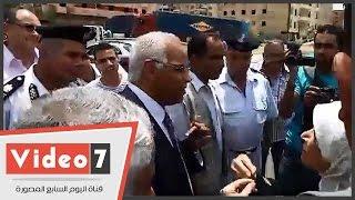 """بالفيديو.. سيدة لمحافظ القاهرة: """"افرض غرامة على المحلات اللى بترمى الزبالة فى الشارع"""""""