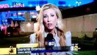 FAIL de Serene Branson, se enreda su lengua al reportar los Premios Grammy