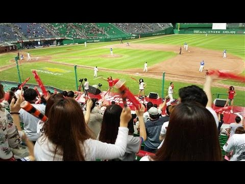 Korean Baseball Scores a Hit With Female Fans