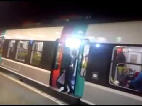 Metroyu Bekleten Kadına Uçan Tekme Atmak
