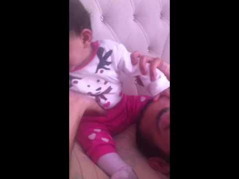 Babasını döverek uyandıran bebek nisanur