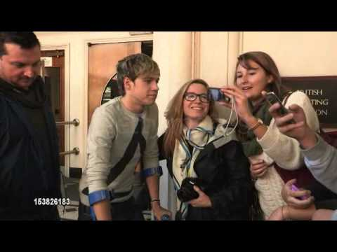 Niall Horan greeting fans while on crutches