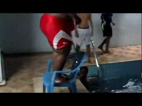 Caidas - Salto a la piscina y resbala