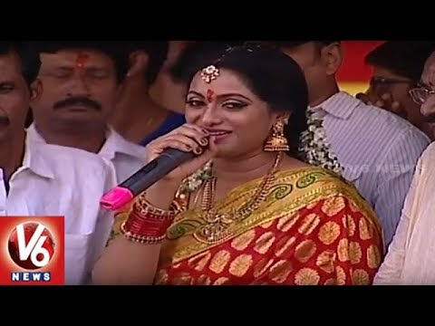 Lal Darwaza Bonalu | Anchor Udaya Bhanu Offers Bangaru Bonam To Mahankali Goddess | V6 News