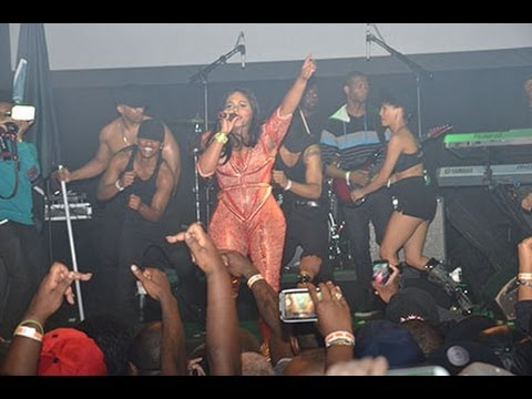 Lil' Kim Opens Her Nyc Concert With the Jumpoff video