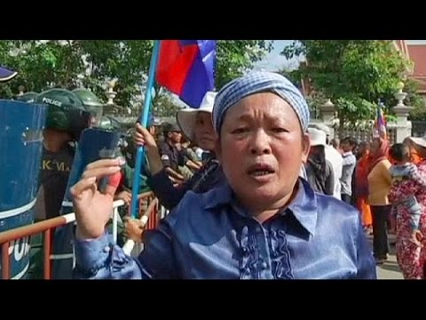 Protests over Australia-Cambodia refugee 'dumping' deal