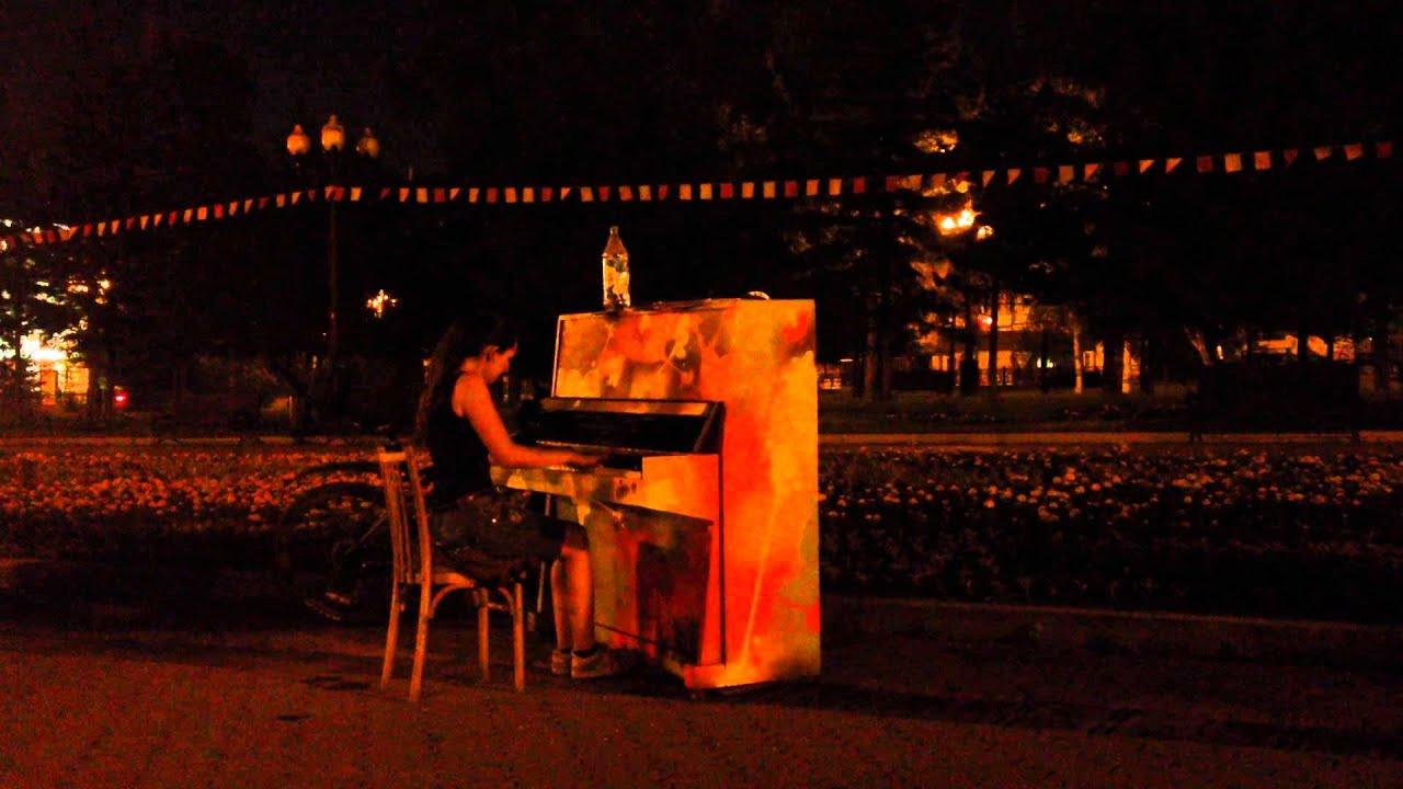 Шлюха играет на пианино 7 фотография