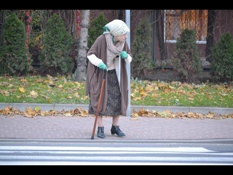 FLASH- MOB w Trzebnicy, Babcia na trzebnickich drogach