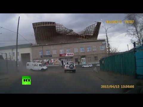 Viento siberiano voltea el techo de un edificio en la ciudad de Chita