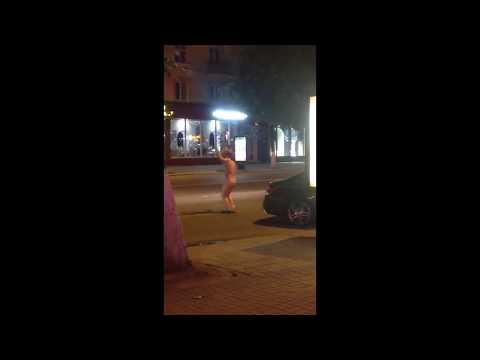 Голый воронежец танцует на дороге.