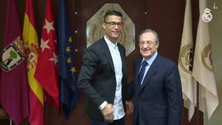 Cristiano Ronaldo signs his contract extension with Real Madrid!