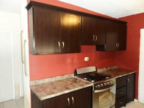 Cocina de pvc clasica color chocolate con moldura tipo for Colores para gabinetes de cocina