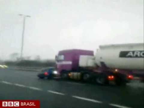 Por isto eu respeito carretas - Caminhão arrasta carro 2 Km sem parar
