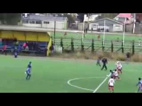 niño de 8 años que juega futbol,es chileno y buenoo