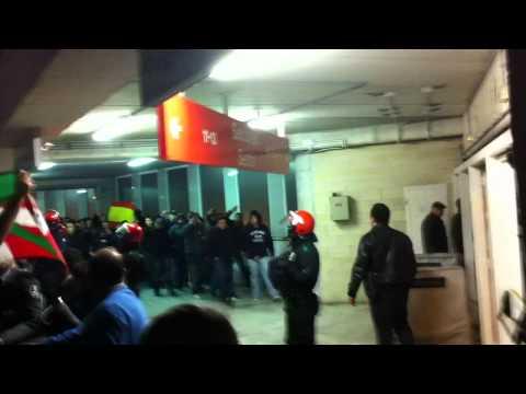 Real sociedad 0-1 Real Madrid 2011 (salida de anoeta de los ultra sur)