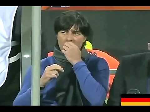 Joachim Löw, director técnico de la Selección Alemana de Futbol, se come los mocos