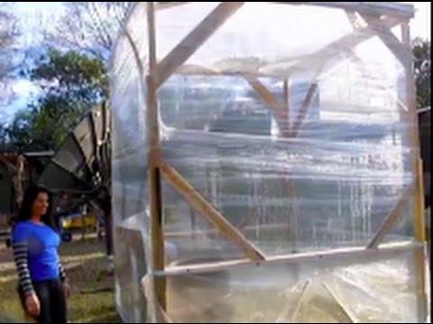 Instant greenhouse pallet wrap thermal aqua storage youtube - Construire une serre avec des palettes ...