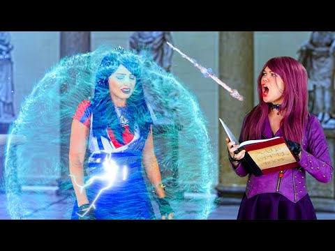 DESCENDANTS MAL SAVES EVIE FROM UMA. (Totally TV Dress Up)