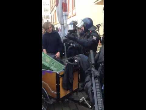#Blockupy - Manifestante pacifico allontanato con violenza dalla polizia tedesca