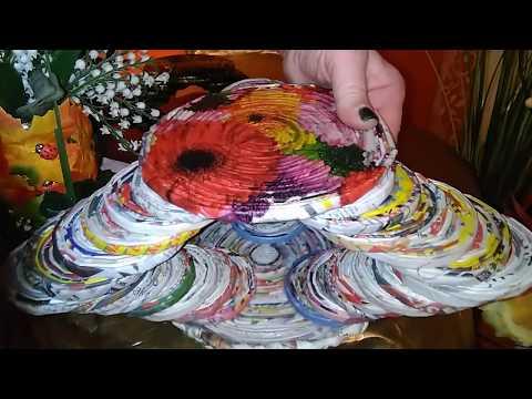 stufenformiger Dekoständer aus Papierröllchen