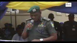 Watch this embarrassing footage of IG of @PoliceNG, Ibrahim Idris struggling to read his speech, mak