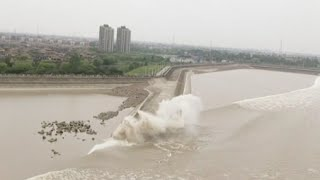 World's Largest Tidal Bore Forms in China's Qiantang River