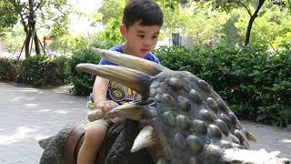 翰翰騎恐龍 Riding a dinosaur in Tainan