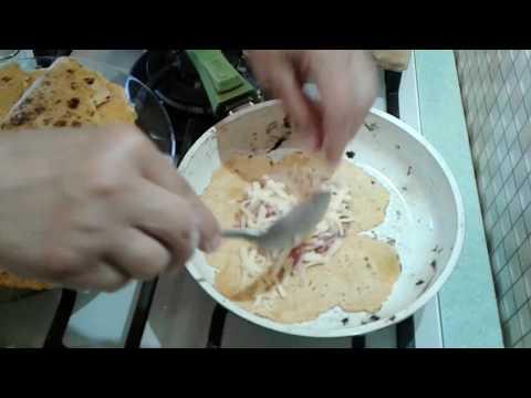 томатные лепешки с курицей и сыром