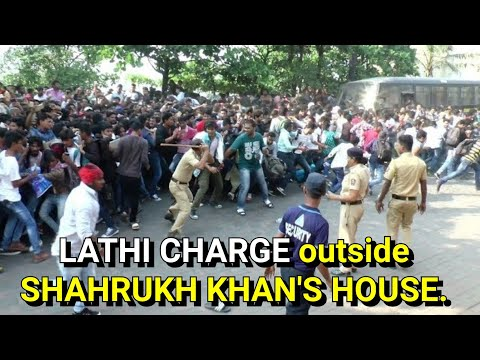 Lathi Charge outside Shahrukh Khan's house as fans go out of control. thumbnail