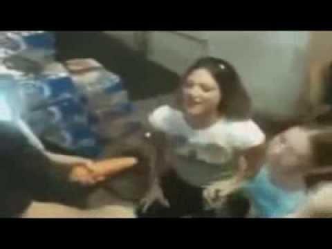 Doua fete de 20 ani care simuleaza facerea sexului oral cu un barbat