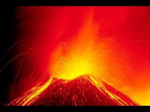 le magnifiche e spettacolari ripresedel vulcano Etna in eruzione ,stavolta al compiersi dell'anno, ecco come si espone ragalandoci immagini simili ad uno spe...