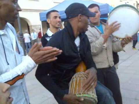 fiesta de extranjeros de calaf drbouga con jovenes marroquin alnif tinghir