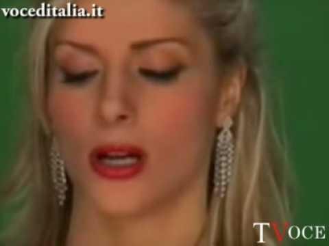 """Francesca Cipriani esclusa da """"La pupa e il secchione"""" protesta alla fontana di Trevi"""