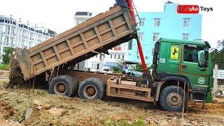 Excavator climbing on Truck   Fuso Self Loader Truck Unloading Excavator ✔️