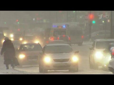 Мощные снегопады сегодня могут серьёзно осложнить обстановку в центральных регионах России.