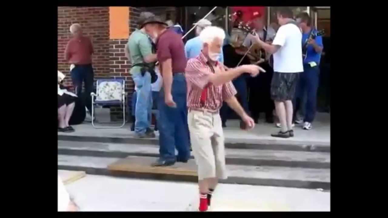 Танцует перед братом 23 фотография